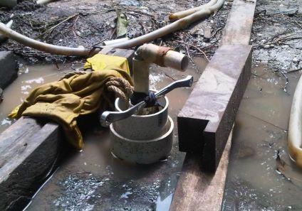 Proses pemasangan pipa sumur bor